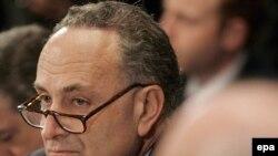 سناتور چارلز شومر گفته است که اگر جرج بوش فروش اسلحه را به حال تعلیق در نیاورد، او و چهار سناتور ديگر، برای تصويب قطعنامه متوقف کردن قراردادهای تسليحاتی تلاش خواهند کرد. (عکس از EPA)