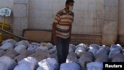 این مخالفان بشار اسد بودند که نخستین بار ویدئو و تصاویری از «قربانیان این حمله» منتشر کردند