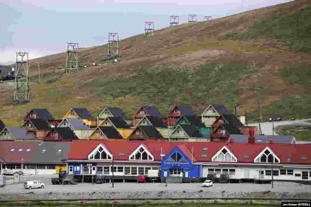 После распада Советского союза многие русские и украинцы перебрались в норвежский Лонгйир. Большинство из них работает в местном супермаркете и гостиницах.