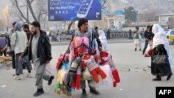 Кабулде киім сатып жүрген саудагер.