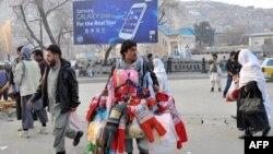 Уличный торговец продает одежду. Кабул, 15 декабря 2013 года.