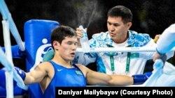 Главный тренер сборной Казахстана по боксу Мырзагали Айтжанов (справа) и олимпийский чемпион Данияр Елеусинов.