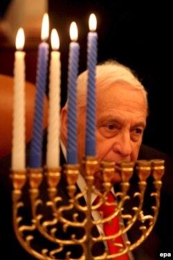 Ариэль Шарон в время празднования Хануки. 28 декабря 2005 года