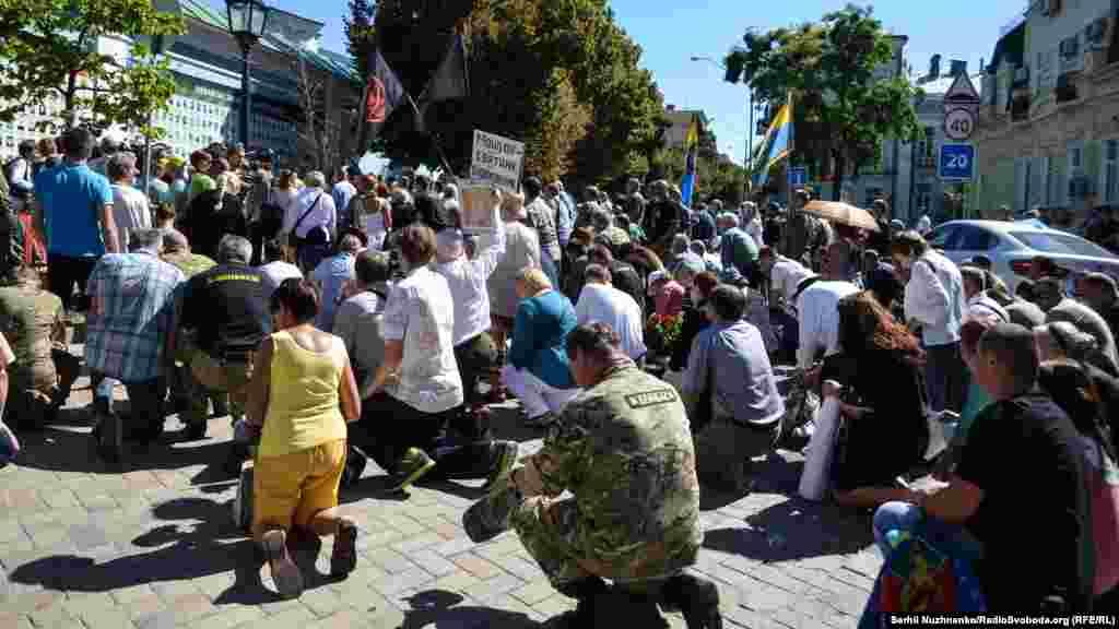 Біля «Стіни Народної Пам'яті» всі опустилися на коліна щоб вшанувати пам'ять загиблих Героїв