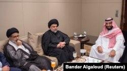 محمد بن سلمان، ولیعهد عربستان سعودی (راست) و مقتدی صدر (نفر وسط)