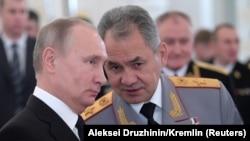 Rusiyanın Xəzərdəki hərbi hegemonluğu rəsmiləşdirilib - Şəkildə prezident Putin (solda) və müdafiə naziri Sergey Shoigu