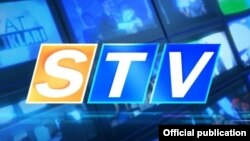 Өзбекстанның Самарқан қаласындағы жекеменшік STV телеарнасының белгісі.