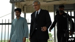 Pakistani Attorney General Irfan Qadir (center) leaves the Supreme Court building in Islamabad. (file photo)