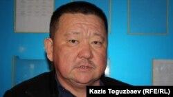 Қаза болған полицей Әділет Тұрсынбековтің әкесі Алшынбай Ыбырай. Алматы, 2 сәуір 2013 жыл.