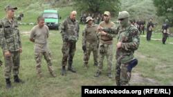 Херсонські прикордонники слухають ізраїльського інструктора