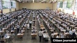 Узбекские абитуриенты сдают тесты для поступления в вуз. Архивное фото.