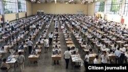 Узбекские абитуриенты сдают вступительные экзамены в вузы.