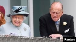 Маликаи Британия Елизавета ва шоҳзода Филипп. Акс аз бойгонӣ.