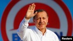 Премьер-министр Эрдоган является самым известным кандидатом на выборах.