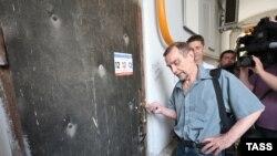 Лев Пономарев у офиса движения, выселенного полицией