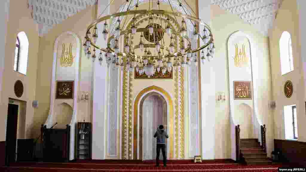 Главный зал мечети Сеит-Сеттар. Верующий совершает намаз