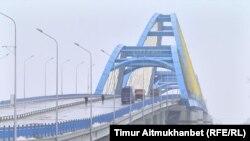 Ертіс өзені үстінен салынған, Павлодар мен Ақсу қалаларын жалғайтын көпір. 14 желтоқсан 2016 жыл.