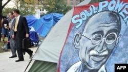 صورة غاندي في مخيم لناشطين في ساحة ماكفيرسون بالعاصمة الأميركية واشنطن