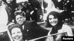 Джон Кеннеді (л) за мить до вбивства