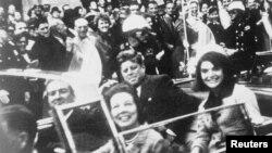 Джон Кеннеди за несколько мгновений до его убийства