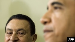 U.S. President Barack Obama (right) meets with his Egyptian counterpart, Hosni Mubarak, in Washington on August 18.
