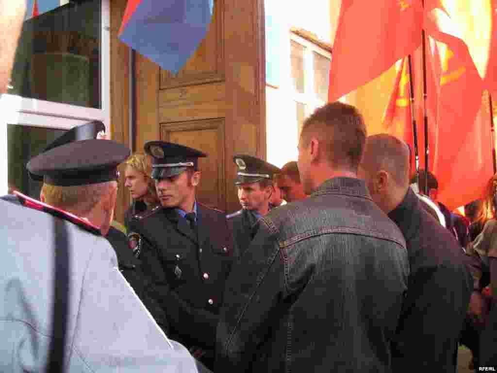 Милиция встала между пикетчиками и прихожанами церкви.