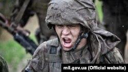 Морпіх з 1-го Феодосійського батальйону морської піхоти імені Костянтина Ольшанського під час випробування на право носіння чорного берета