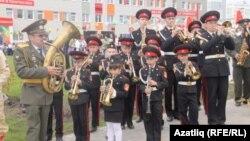 Мәктәп ачу тантанасында хәрби киемдәге оркестр