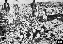 تصویری که مکان آن مشخص نیست، مردی را در کنار پیکر ارمنیهای کشتهشده در سال ۱۹۱۰ نشان میدهد