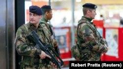 Французские полицейские патрулируют железнодорожную станцию в Лионе 16 января