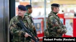 Лиондогу темир жол бекетиндеги коопсуздукка көз салган француз аскерлери.16-январь, 2015-жыл