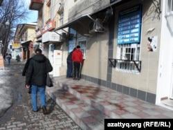 У пункта обмена валют. Шымкент, 17 февраля 2014 года.
