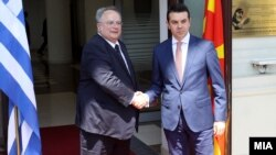 Архивска фотографија: Средба на министрите за надворешни работи на Македонија и Грција, Никола Попоски и Никос Коѕијас во Скопје.