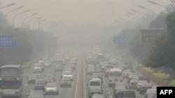 آسمان پکن در روزهای عادی خاکستری است. (عکس:AFP)