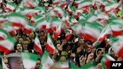 شماری از دختران شرکتکننده در مراسم بزرگداشت انقلاب ایران در بهمن ۸۷