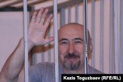 """Арон Атабек """"Шаңырақ ісі"""" бойынша сот процесі кезінде. Алматы, 11 қыркүйек 2007 жыл."""