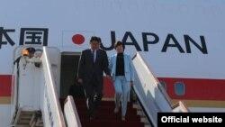 Премьер-министр Японии Синдзо Абэ с супругой выходят из самолета по прибытии в Душанбе. 24 октября 2015 года.