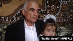 Гульнигор Наджмиддин на руках у своего дедушки Наджмиддина Киемиддинова. Фархор, 30 октября 2013 года.