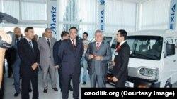 Гайрат Ниязов (второй слева), представитель компании GM Uzbekistan.