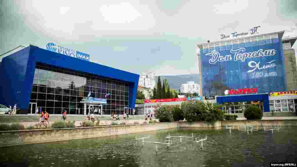 """""""Planeta Kino"""" ağınıñ sabıq kinoteatri. Qırım işğaliden soñ Rusiye onı """"Saturn IMAX"""" dep adlandırdı. Kinoteatr şeerniñ merkeziy Sovetskaya meydanında yerleşken."""
