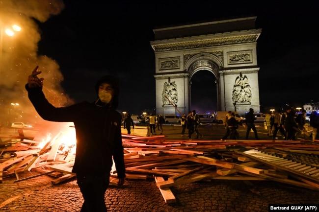 """Протесты """"желтых жилетов"""" в Париже, 24 ноября"""