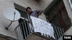 Василий Дровецкий на балконе одной из квартир на Чистопрудном бульваре