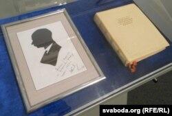 З Парыжу Якуб Колас прывёз сувэнір — выразаны з чорнай паперы свой сылюэт, зроблены на Эйфэлевай вежы