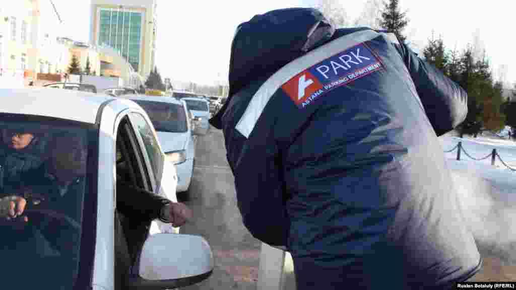 Некоторые водители говорят, что приходиться стоять на парковке больше 30 минут, поскольку поезда нередко опаздывают.