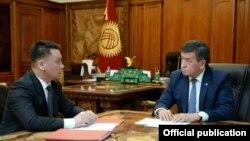 Президент Сооронбай Жээнбеков и секретарь Совета безопасности Дамир Сагынбаев.