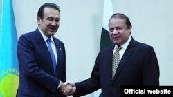 Премьер-министр Пакистана Наваз Шариф (справа) и премьер-министр Казахстана Карим Масимов во время встречи в Астане, 25 августа 2015 года.
