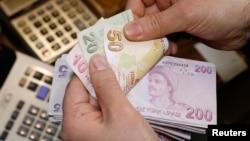 С мая прошлого года турецкая лира подешевела к доллару на 21%, бразильский реал и южноафриканский ранд - на 18%.