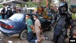 Египет әскері наразылық танытқан Мұхаммед Мурсидің жақтастарын қуып таратып жүр. Каир, 14 тамыз 2013 жыл