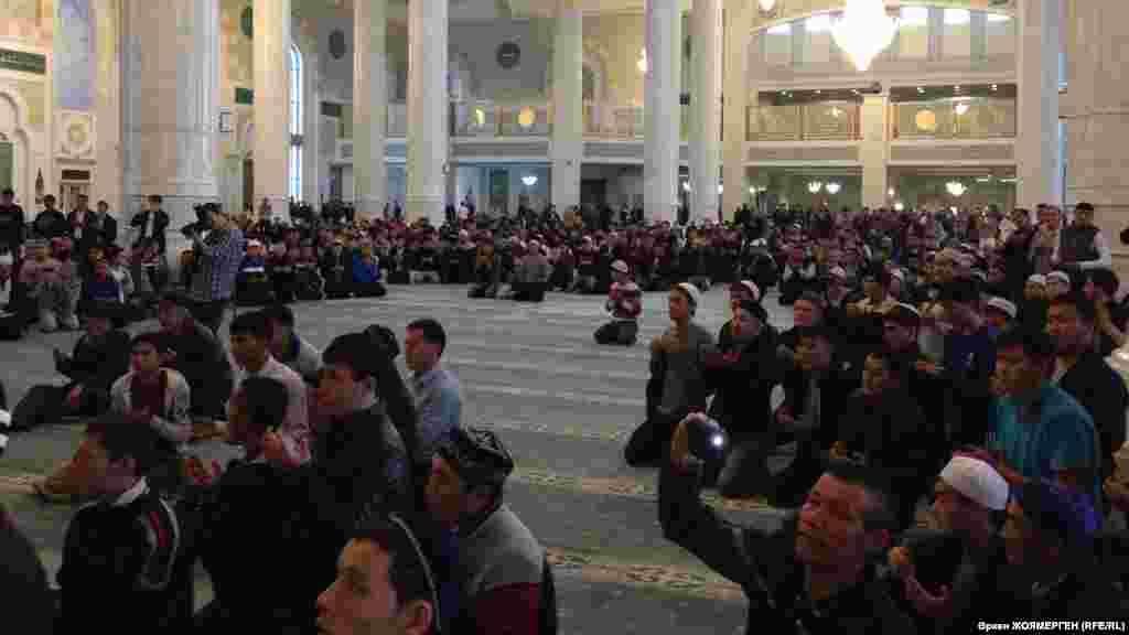Мужчины собрались в мечети «Хазрет Султан» на айт-намаз.