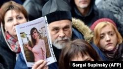 Участники акции у здания полиции Киева стоят с портретом правозащитницы Ирины Ноздровской, требуя найти виновных в убийстве. Киев, 2 января 2018 года.